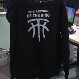 ए 2 टी-शर्ट प्रिंटर WER-D4880T द्वारे ब्लॅक स्वेटर मुद्रण नमुना
